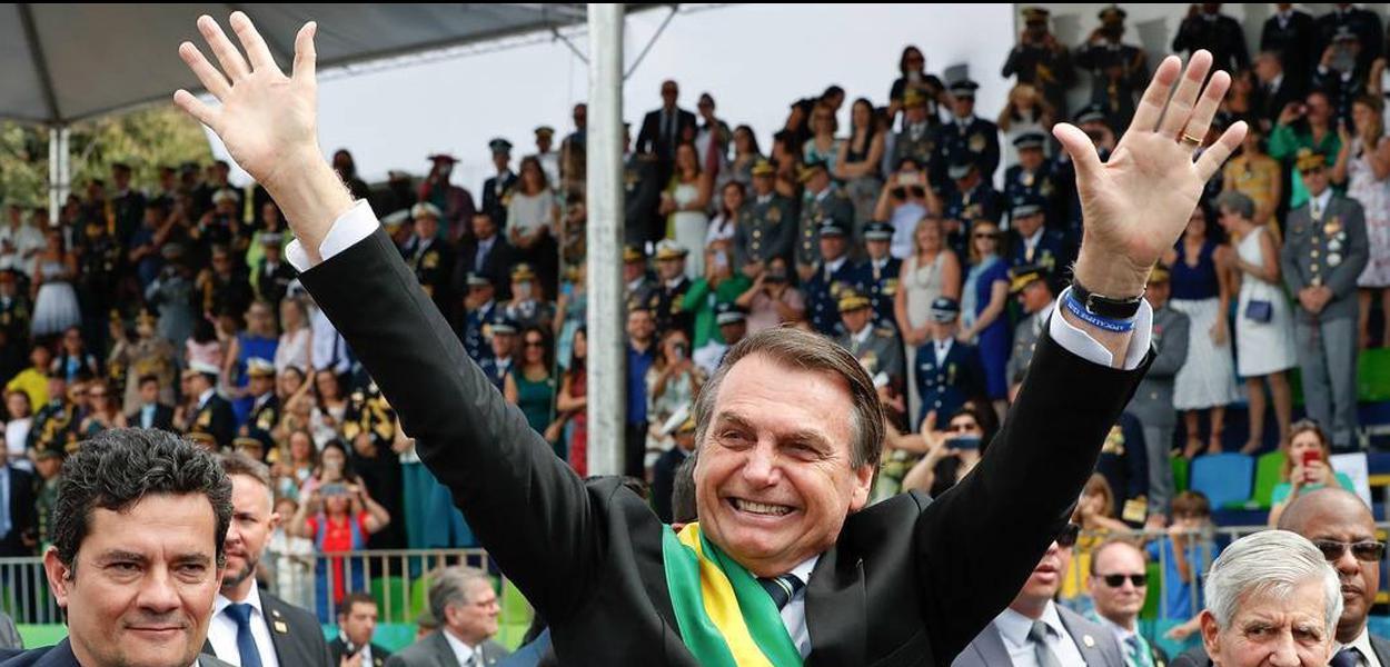 O presidente Jair Bolsonaro saudando as arquibancadas em Brasília