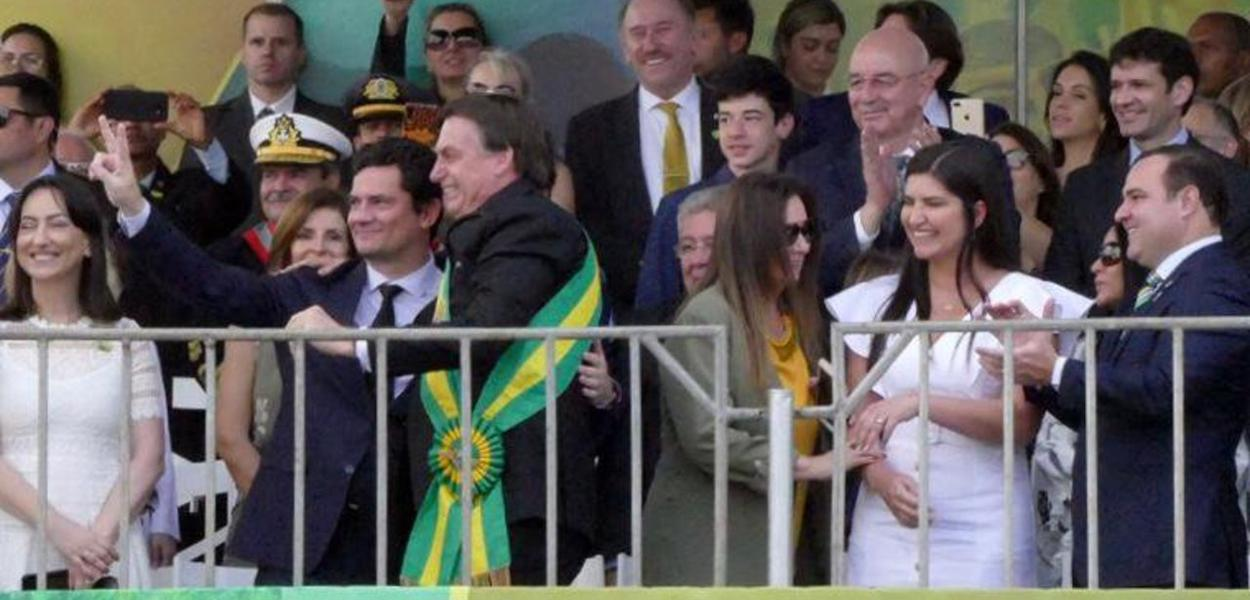 Sergio Moro tira foto ao lado de Jair Bolsonaro