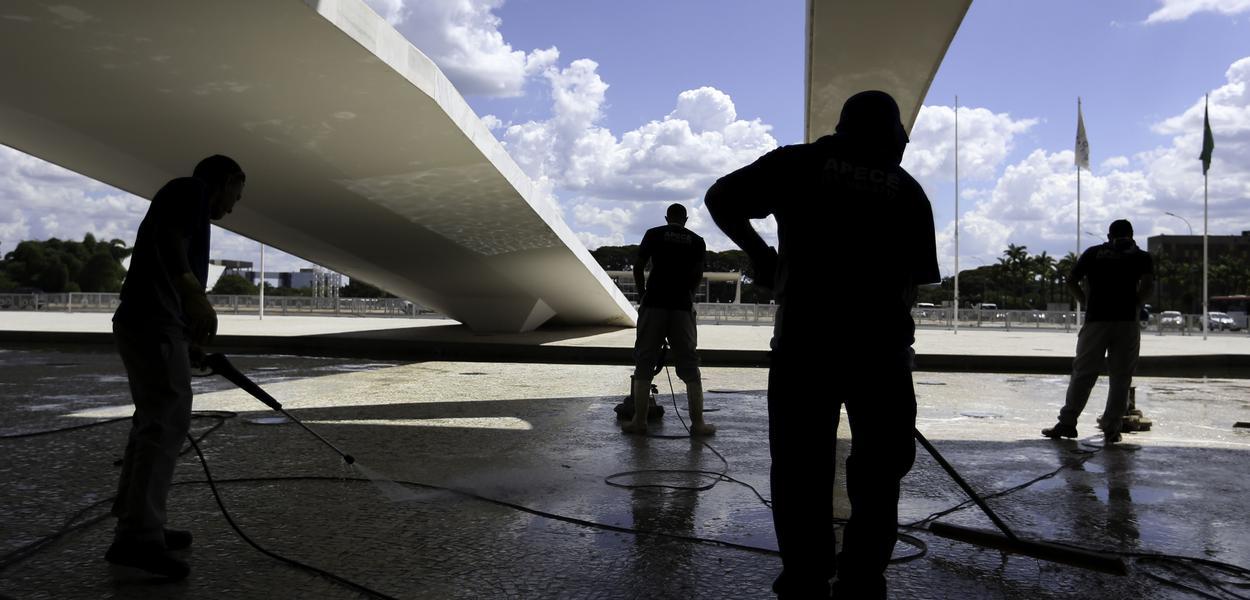 Funcionários fazem limpeza e manutenção no Palácio do Planalto