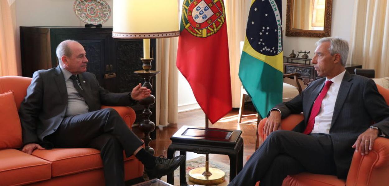 Fernando Azevedo, ministro da Defesa (E), com o ministro da Defesa de Portugal,João Gomes Cravinho