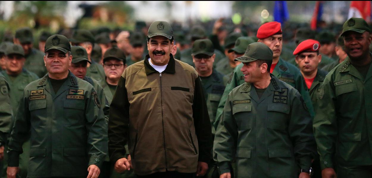 Nicolás Maduro caminha ao lado de militares em uma base de Caracas
