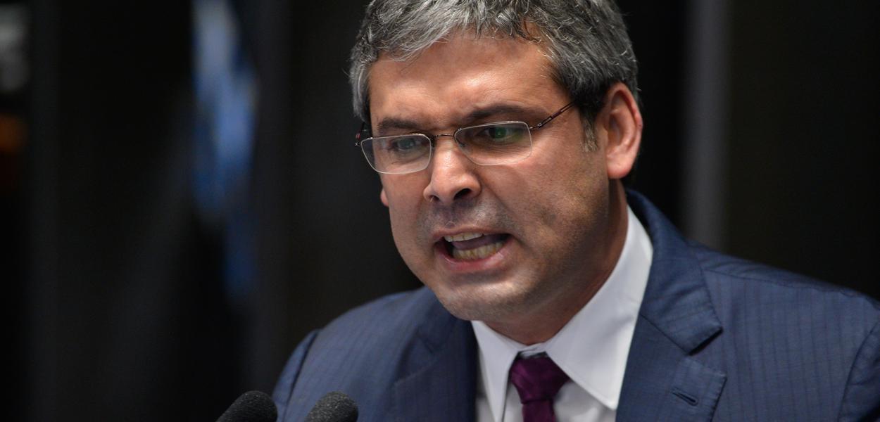 Brasília - Senador Lindbergh Farias durante a defesa da presidenta afastada Dilma Rousseff em sessão de julgamento do impeachment, no Senado (Fabio Rodrigues Pozzebom/Agência Brasil)