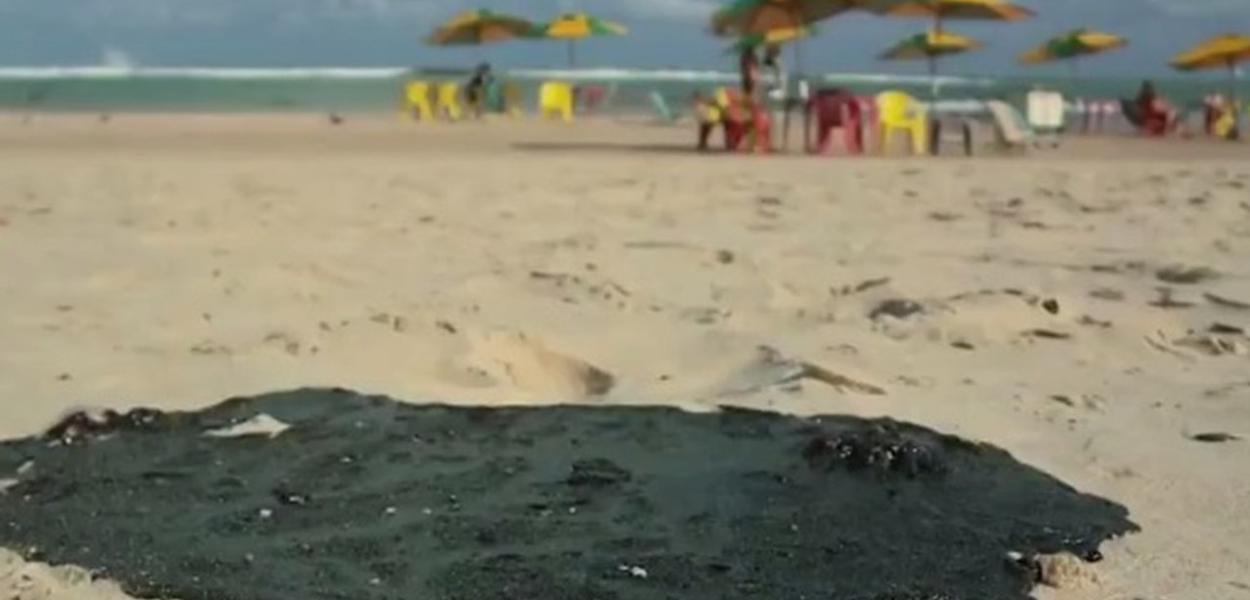 Mancha de petróleo toma conta de praias do Nordeste
