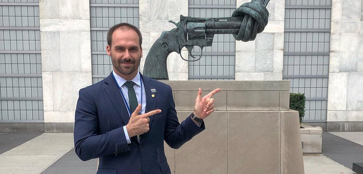 Eduardo Bolsonaro faz gesto de arma em frente a monumento pela paz