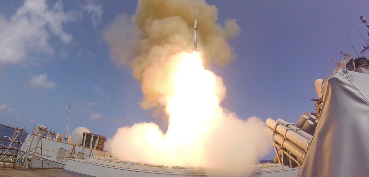 Lançamento de míssil pela USS O'Kane