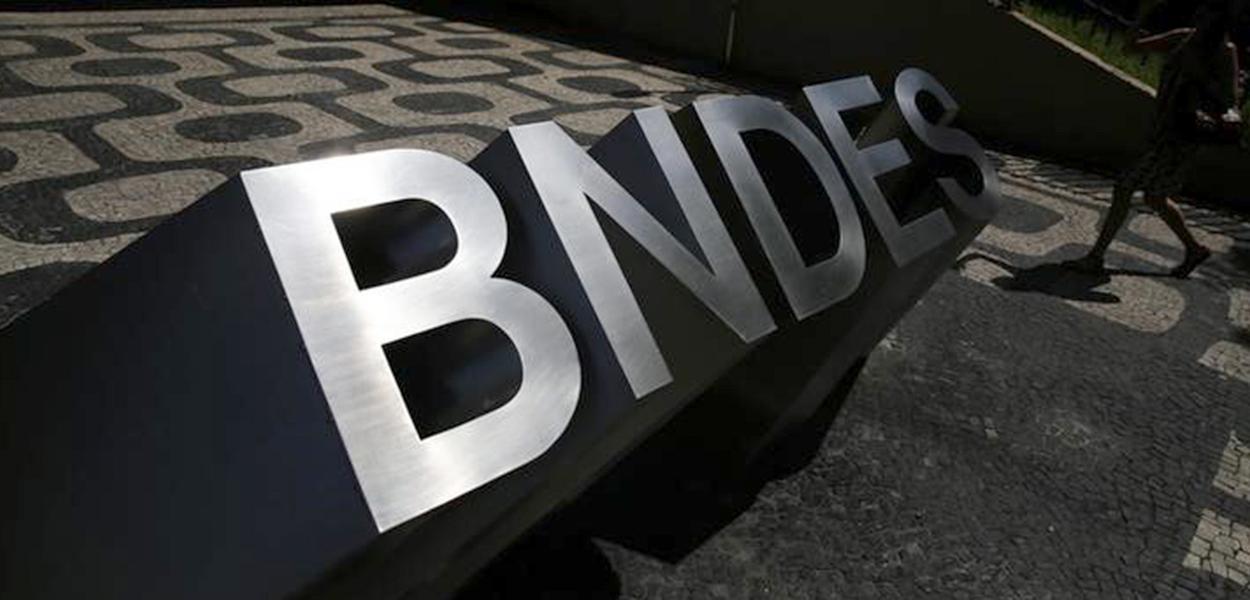 Logo do BNDES na entrada da sede do banco no Rio de Janeiro