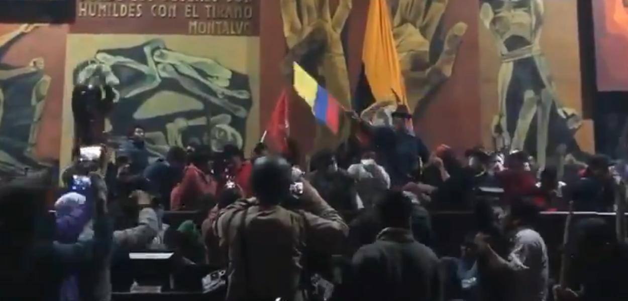 Manifestantes invadem Assembleia Nacional do Equador