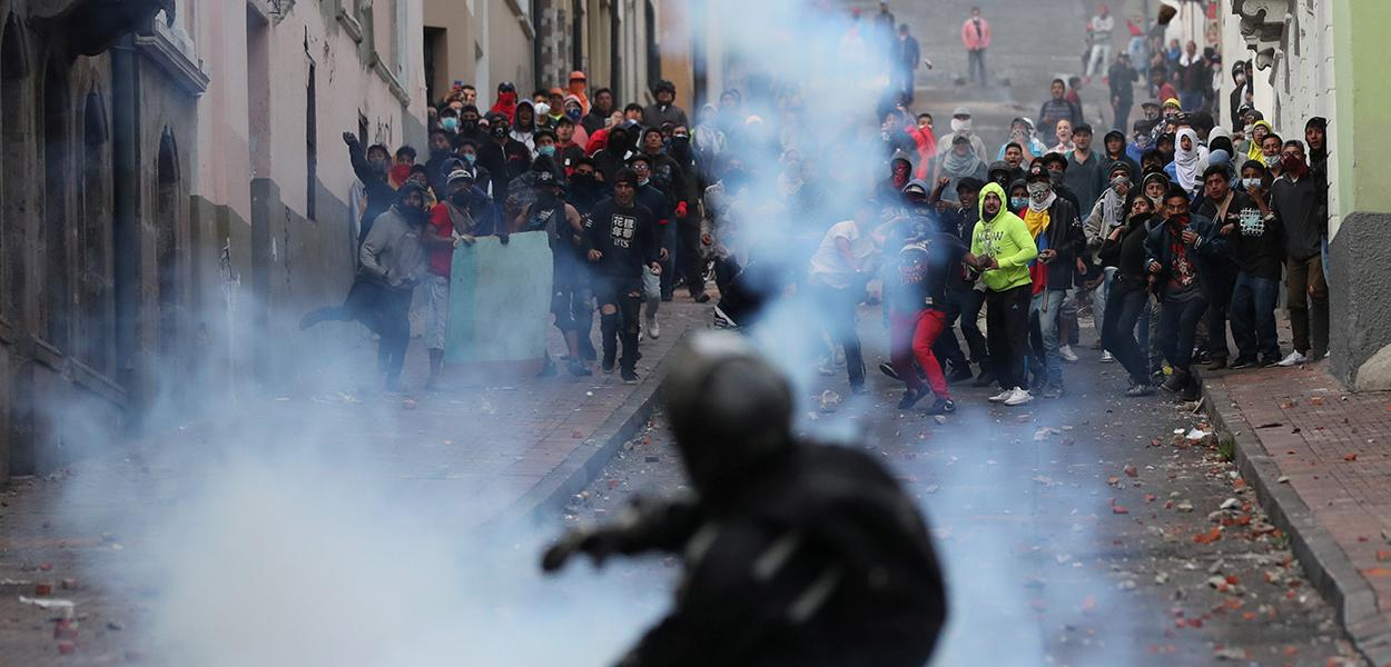 Manifestantes entram em confronto com forças de segurança em Quito