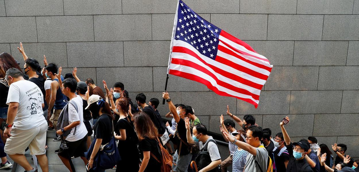 Manifestantes em Hong Kong, China, com bandeira dos Estados Unidos.