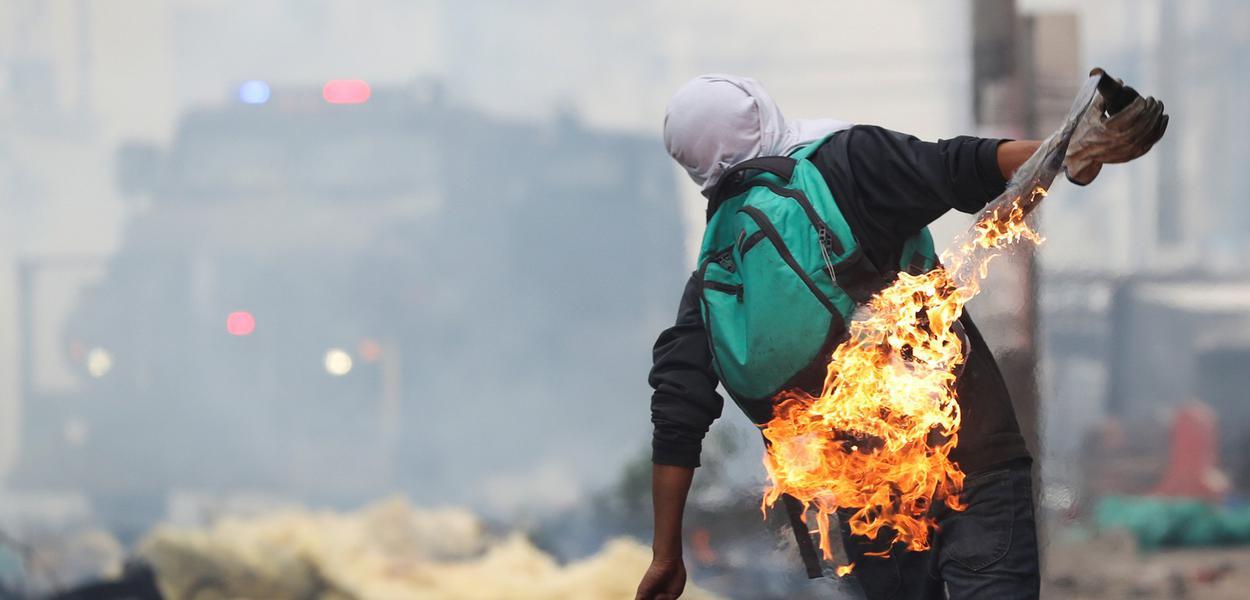 Com um coquetel Molotov, manifestante protesta contra o governo do Equador