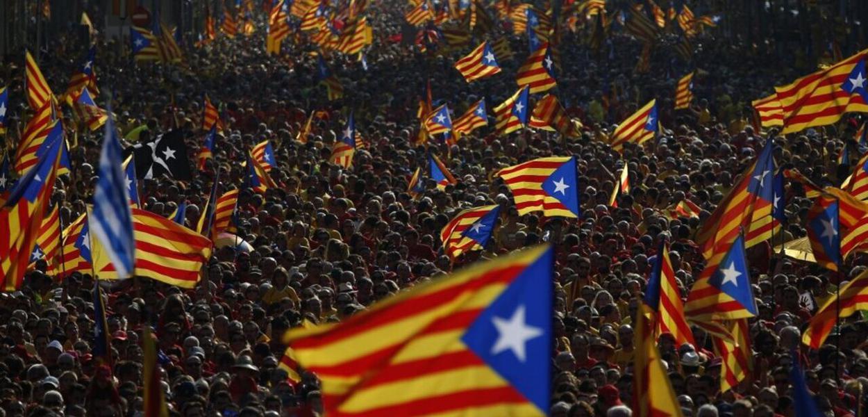 Bandeiras da Catalunha em meio à multidão