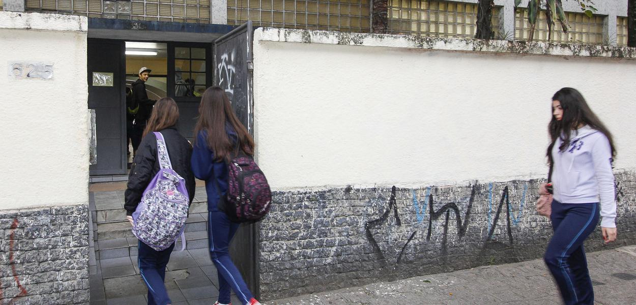 Alunos entrando na escola