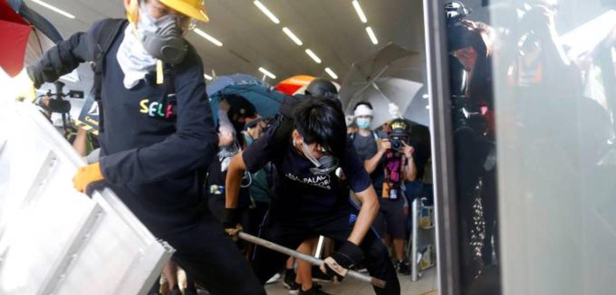 Manifestantes entram no prédio do legislativo em Hong Kong