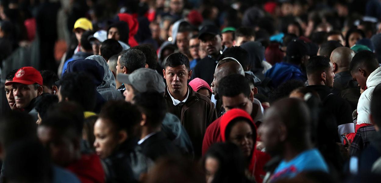 Pessoas fazem fila em busca de oportunidades de emprego no centro de São Paulo