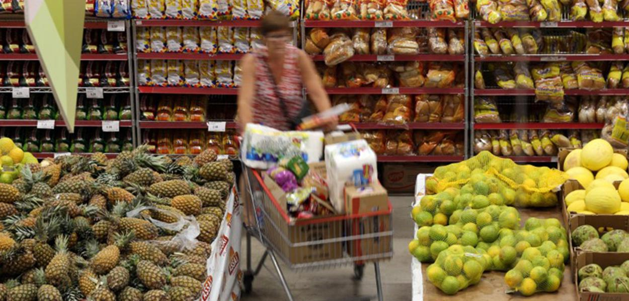 Cliente faz compras em supermercado em São Paulo