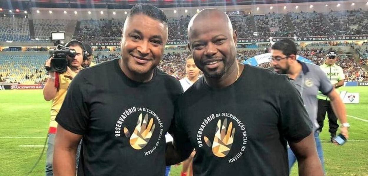 Roger Machado e Marcão vestem camisa contra o racismo