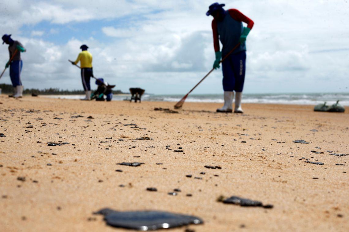 Voluntários tiram petróleo das praias do Nordeste