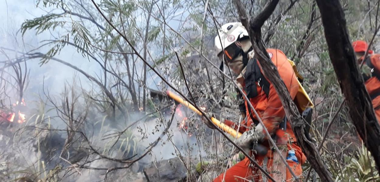 Bombeiros tentam apagar incêndio na Chapada Diamantina