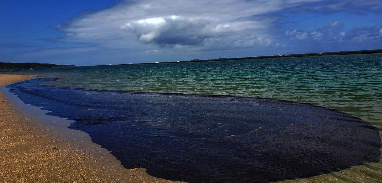 Pernambuco 20 10 2019  Cabo de São Agostinho empPernambuco óleo estacionado na praia mostra o tamanho do do crime ambiental nas praias do Nordeste  — Foto: Salve Maracaípe