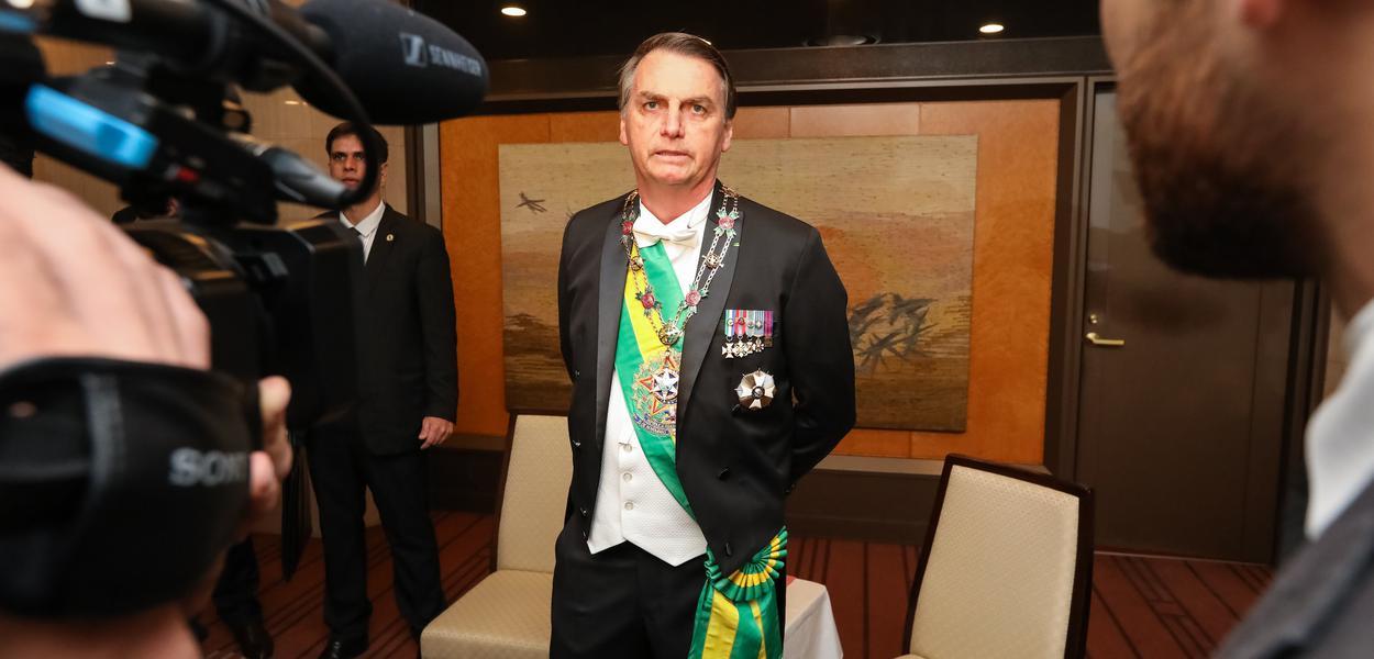 Jair Bolsonaro conversa com a Imprensa (22 out) na saída para a cerimônia de entronização