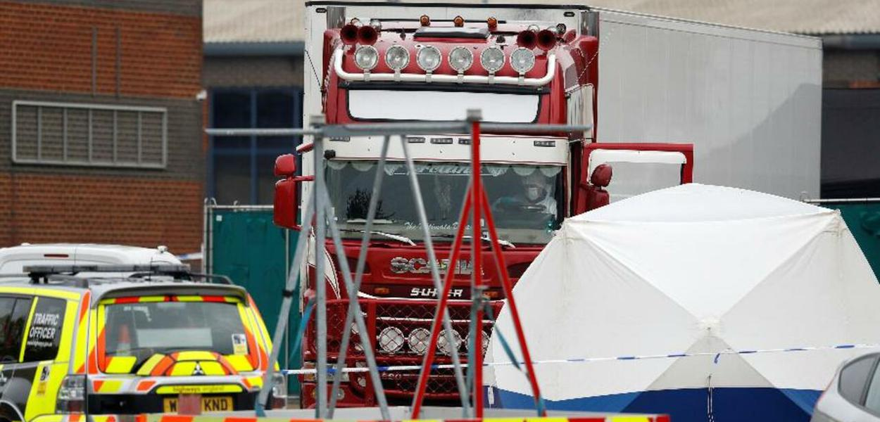 Caminhão localizado em Essex carregando 39 cadáveres