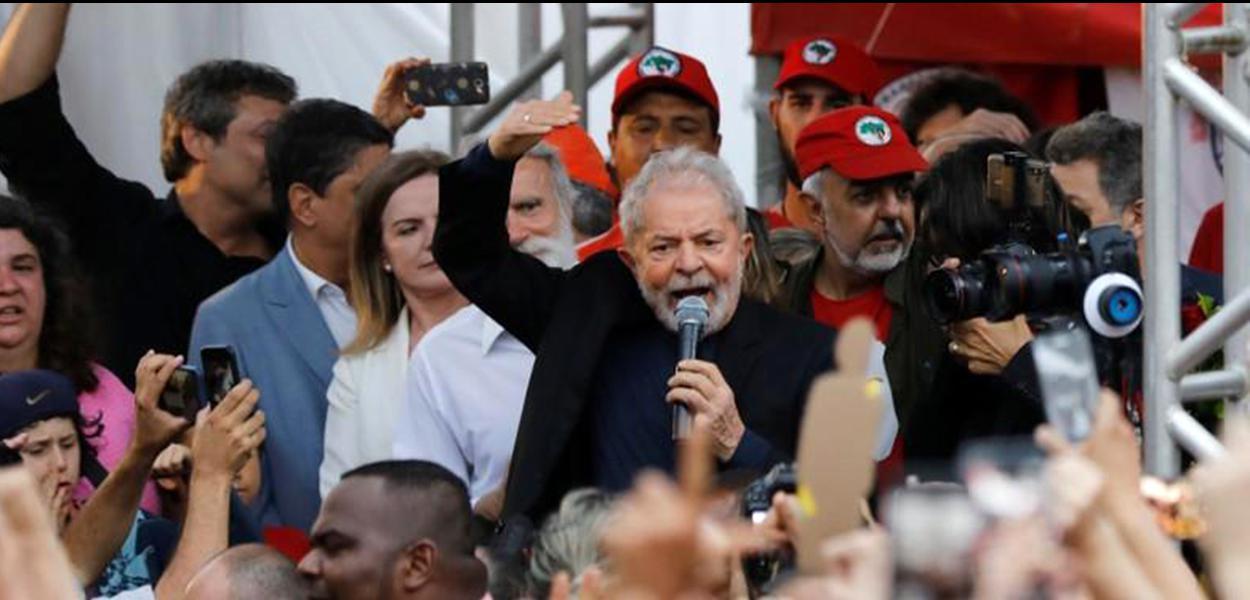Ex-presidente Lula discursa em Curitiba