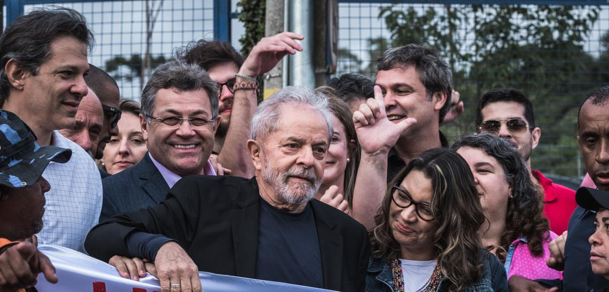 Lula em frente à vigília em Curitiba, após deixar a prisão