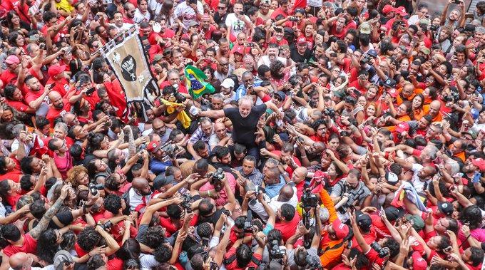 Lula é levado nos braços do povo em São Bernardo
