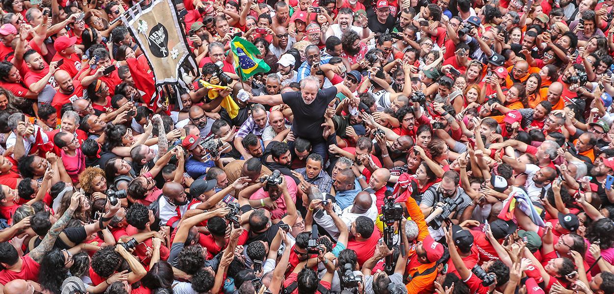 Ex-presidente Lula é levado nos braços do povo em São Bernardo