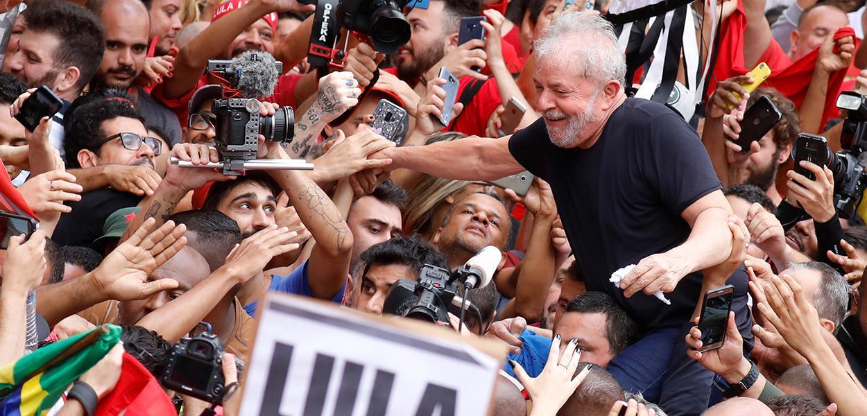 Ex-presidente Luiz Inácio Lula da Silva cercado por apoiadores em São Bernardo do Campo