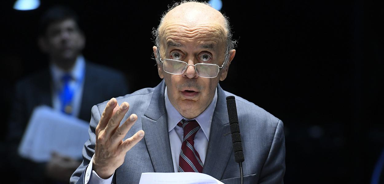 Em pronunciamento, à bancada, senador José Serra (PSDB-SP).