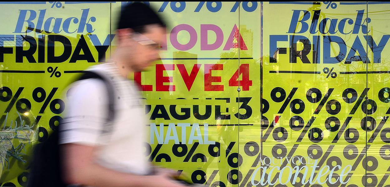 Consumidores buscam ofertas na Black Friday