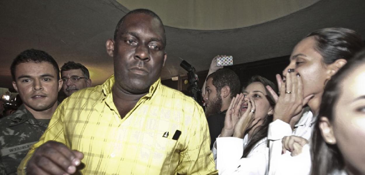 """FORTALEZA, CE, BRASIL, 26-08-2013, 19h00: Médico cubano é vaiado por manifestantes ligados ao Sindicato dos Médicos do Ceará, durante protesto na saída do Grupo de 79 médicos selecionados pelo Programa """"Mais Médicos"""", do governo Federal, em Fortaleza (CE). (Foto:Jarbas Oliveira/Folhapress)"""