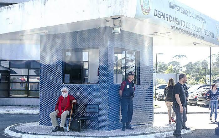 Leonardo Boff em frente à PF em Curitiba, após ser impedido de visitar Lula