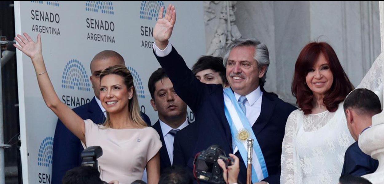 De faixa, Fernández acena para público em posse na presidência da Argentina ao lado da vice Cristina Kirchner