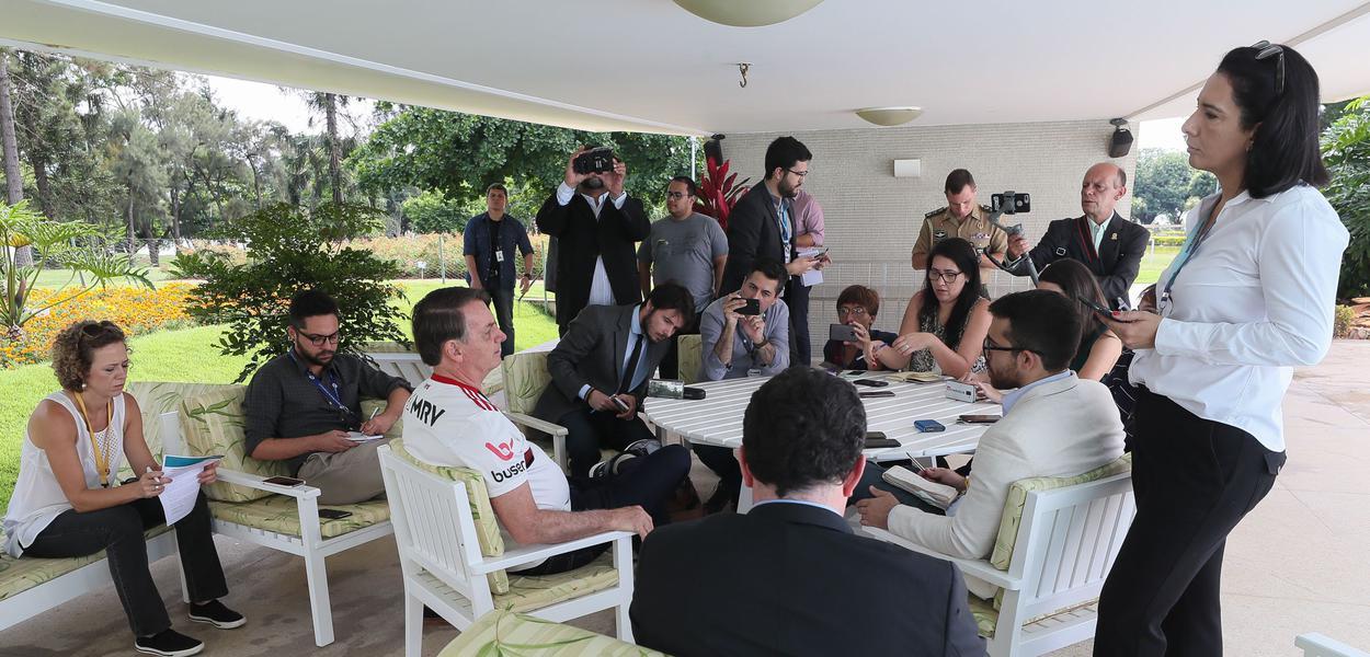 Jair Bolsonaro conversa com jornalistas no Palácio do Alvorada