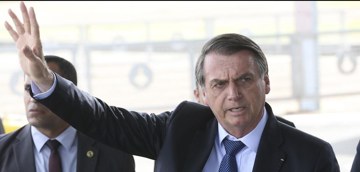 O presidente Jair Bolsonaro fala a imprensa no Palacio da Alvorada