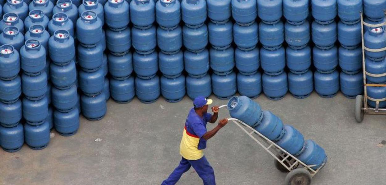 Trabalhador movimenta botijões de gás