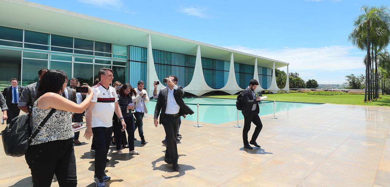 Jair Bolsonaro na saída do Palácio da Alvorada