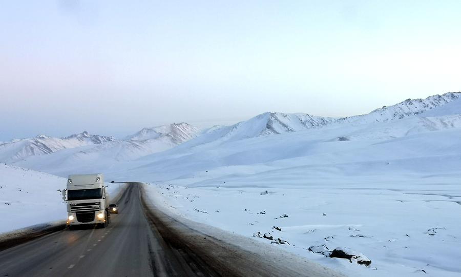 Caminhões de carga chineses vindos da fronteira entre o Quirguistão e a China