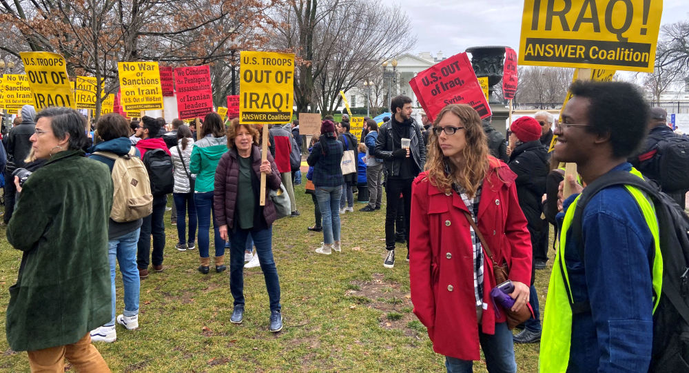 Manifestantes em frente à Casa Branca contra o ataque de Trump no Iraque