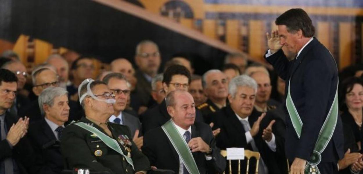 Bolsonaro batendo continência para general Villas Bôas
