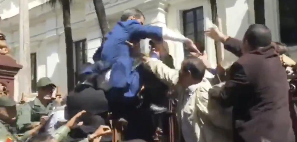 Juan Guaidó tenta invadir prédio da Assembleia Nacional