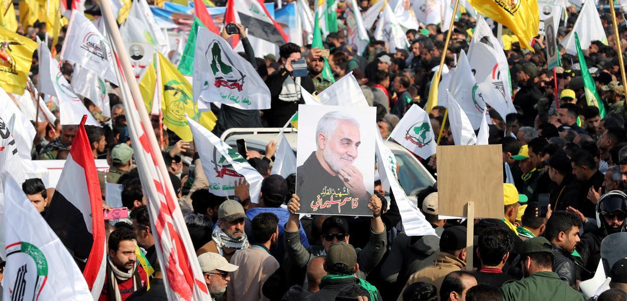Iranianos vão às ruas em funeral de Soleimani