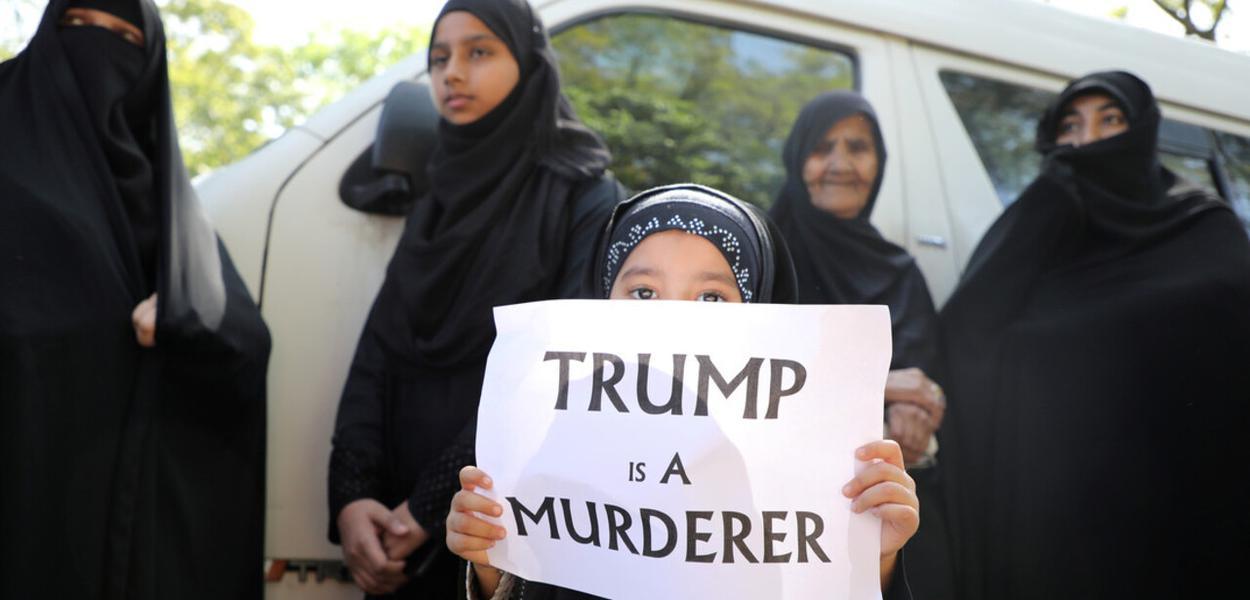 """""""Trump assassino"""", diz o cartaz"""