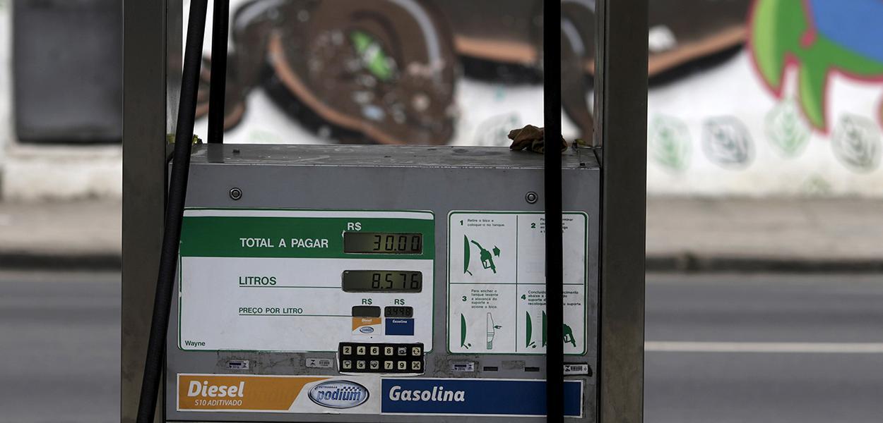 Bomba de combustíveis em posto da Petrobras no Rio de Janeiro