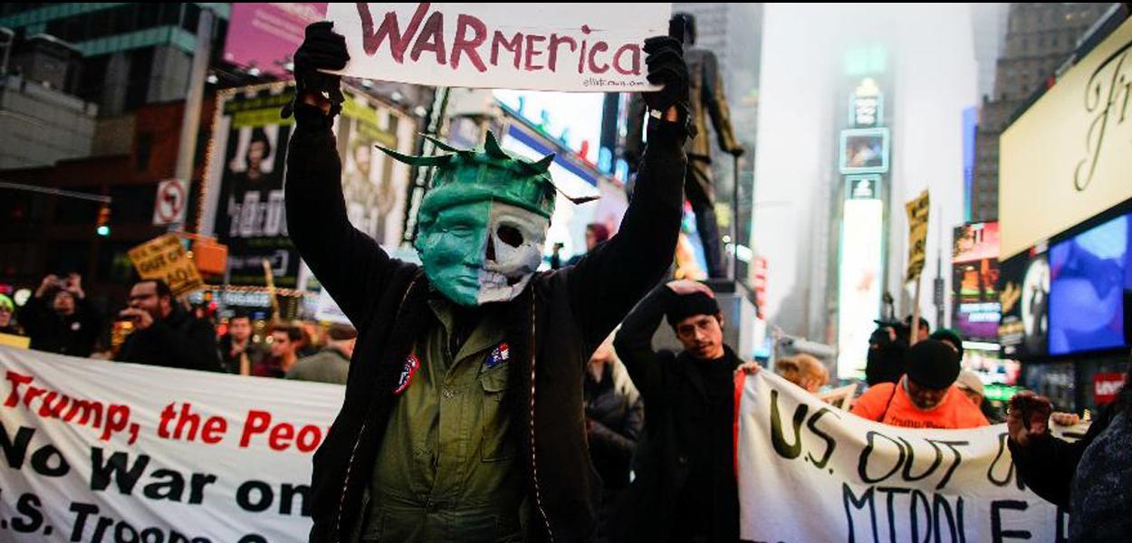 Manifestantes se reúnem na Times Square, em Nova York, em protesto contra ataque dos EUA ao Irã