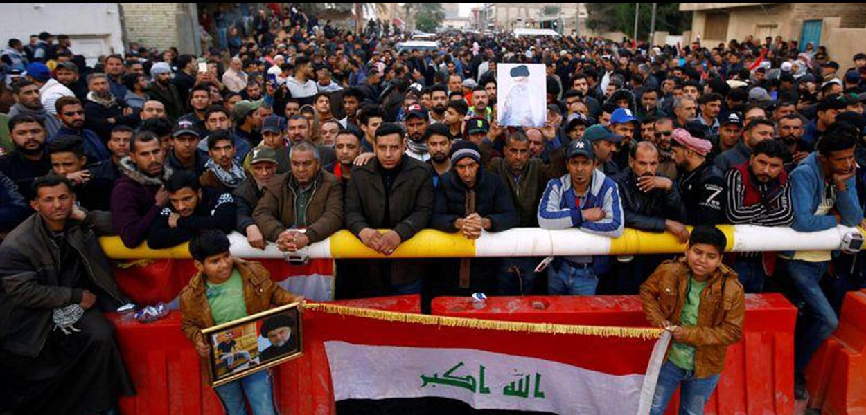Apoiadores do clérigo Moqtada al-Sadr se reúnem perto de sua residência, em Najaf, no Iraque