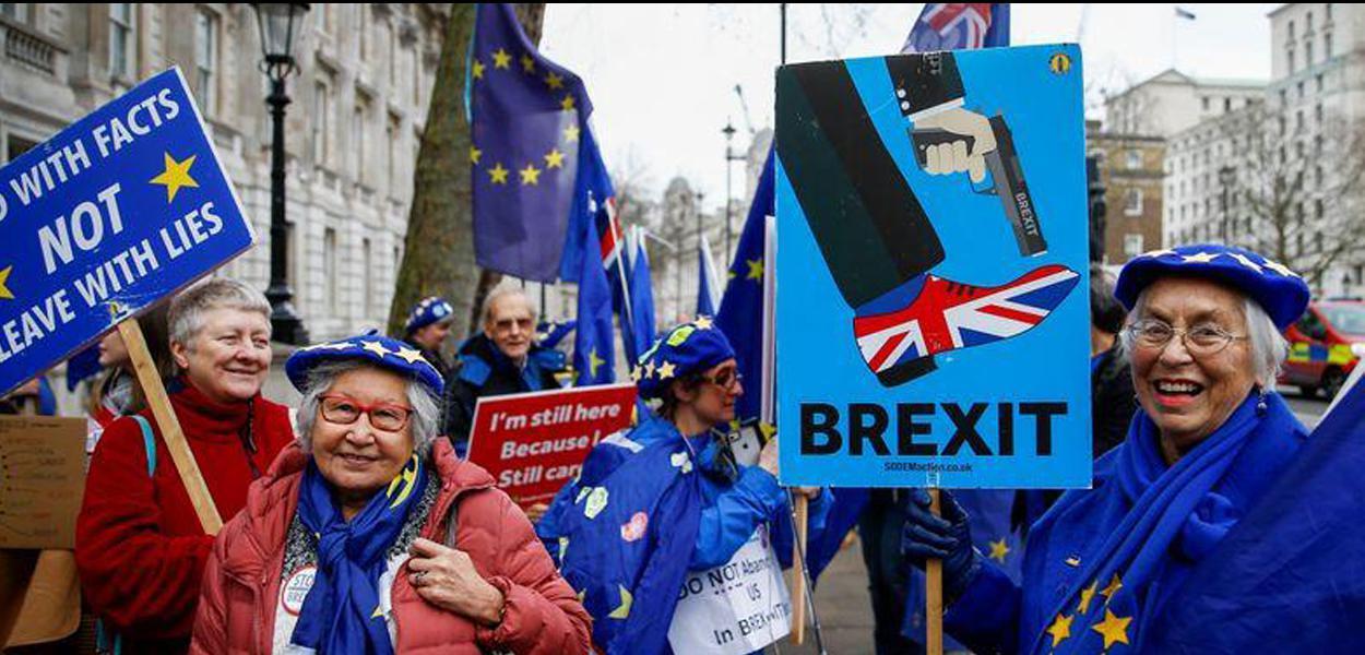 Manifestantes anti-Brexit protestam em frente a Downing Street, em Londres 08/01/2020