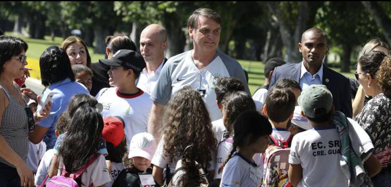 Bolsonaro conversa com crianças em frente ao Alvorada